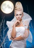 Skönhet kvinna under månen — Stockfoto