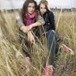otoño retrato de dos mujeres jóvenes — Foto de Stock