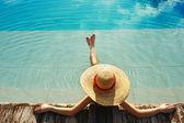 Femme au bord de la piscine — Photo