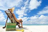 Flicka på en strand — Stockfoto