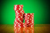 Degrade arka plan casino fişleri yığını — Stok fotoğraf