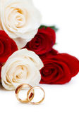 Wedding concept with roses and golden rings — Stockfoto