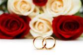 розы и обручальное кольцо, изолированные на белом — Стоковое фото