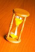 время концепция с песочные часы фоне — Стоковое фото