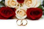 Wedding concept with roses and golden rings — 图库照片