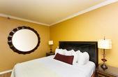 Letto matrimoniale nella camera d'albergo — Foto Stock