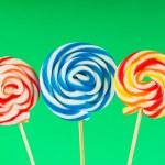 färgglada lollipop mot färgstarka bakgrund — Stockfoto