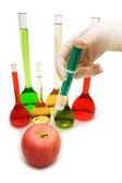 Hand chemische injecteren in appel geïsoleerd op wit — Stockfoto