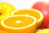 Oranges et pommes avec faible profondeur de champ — Photo