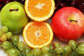 Moitié coupé orange et autres fruits colorés — Photo