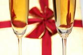 Glas wijn en geschenkdoos op de achtergrond — Stockfoto