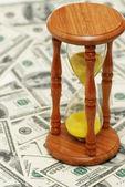 """čas jsou peníze""""dolarových bankovek a přesýpací hodiny — Stock fotografie"""