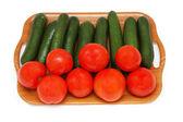 Salatalık ve domates üzerinde beyaz izole — Stok fotoğraf