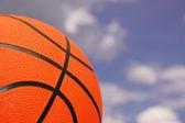 Oranžové basketbal proti zatažené obloze — Stock fotografie