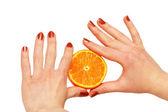 Zwei hände halten eine orange, isoliert auf weiss — Stockfoto