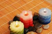 Drie kaarsen en stenen voor spa sessie — Stockfoto