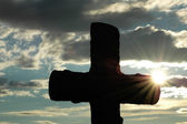 Silhouette of a cross against evening sun — Stock Photo