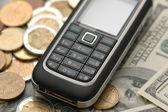 移动电话港元银行纸币与硬币 — 图库照片