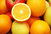 Apples and orange at the market stand — Stock Photo