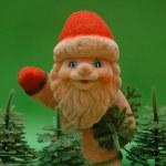 圣诞老人和绿色背景上的树 — 图库照片