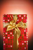 Luxe-geschenketui tegen achtergrond met kleurovergang — Stockfoto