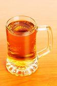 Copo de cerveja sobre a mesa de madeira — Fotografia Stock