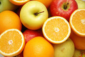 Apple and oranges at the market stand — Stock Photo