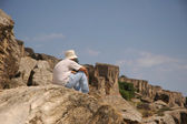 Man sitting at the top of rock — Stock Photo