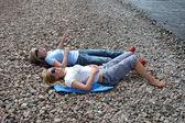Расслабляющий две девочки на пляже — Стоковое фото