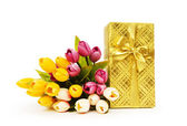 Geschenkdoos en bloemen geïsoleerd op de witte achtergrond — Stockfoto