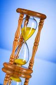 Concepto de tiempo - reloj de arena contra el fondo degradado — Foto de Stock