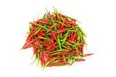 Üzerinde beyaz izole kırmızı ve yeşil biber — Stok fotoğraf