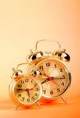 Pojem o čase - budík barevné pozadí — Stock fotografie