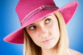 Young girl with beach hat against gradient background — Stock Photo