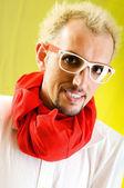 Homem com um lenço vermelho contra o fundo colorido — Foto Stock