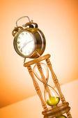 Concepto de tiempo con el vidrio de reloj y la hora — Foto de Stock