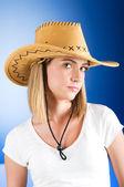 Giovane ragazza indossa il cappello da cowboy in studio — Foto Stock