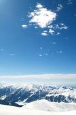 高山在冬天雪下 — 图库照片
