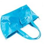 Женская голубая лакированная сумка, изолированная на белом фоне.