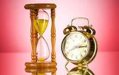 Concept de temps avec verre horloge et l'heure — Photo