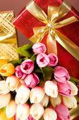 庆祝概念-礼品盒和郁金香的花朵 — 图库照片