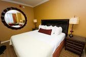 Dubbelsäng i hotellrum — Stockfoto