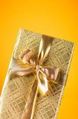 Feier konzept - geschenkbox bunten hintergrund — Stockfoto