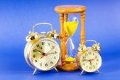время концепция с часами и час стекла — Стоковое фото