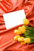 Obálka a květiny na satén pozadí — Stock fotografie