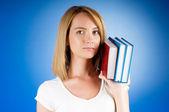 Młoda studentka z wielu podręczników do nauki — Zdjęcie stockowe
