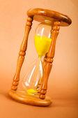 Pojem o čase - přesýpací hodiny na přechodu pozadí — Stock fotografie