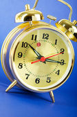 время концепция - будильник красочные фоне — Стоковое фото