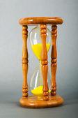 Tijd concept - zandloper tegen de gradatie achtergrond — Stockfoto