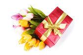 Viering concept - geschenk doos en tulp bloemen — Stockfoto